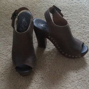 Leather peep toe pumps